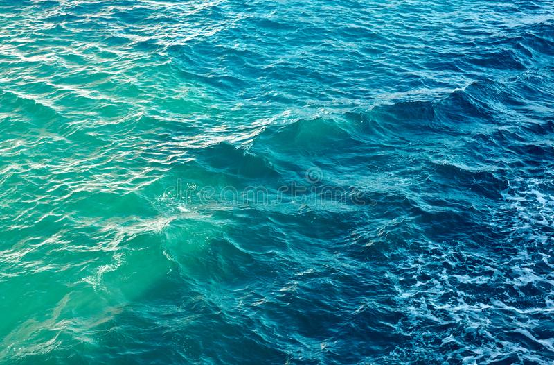 Κυματισμοί θάλασσας με τον αφρό στοκ εικόνα με δικαίωμα ελεύθερης χρήσης