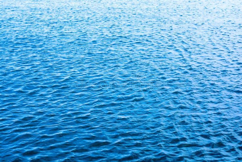 Κυματισμοί θάλασσας μπλε φωτεινός ανασκόπηση&sig στοκ εικόνες