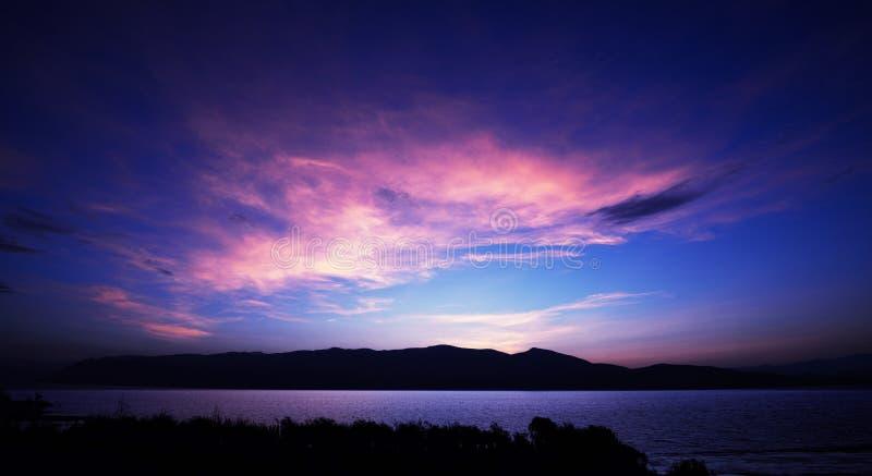 Κυματισμοί λιμνών στη ροδοειδή αυγή στοκ φωτογραφίες με δικαίωμα ελεύθερης χρήσης