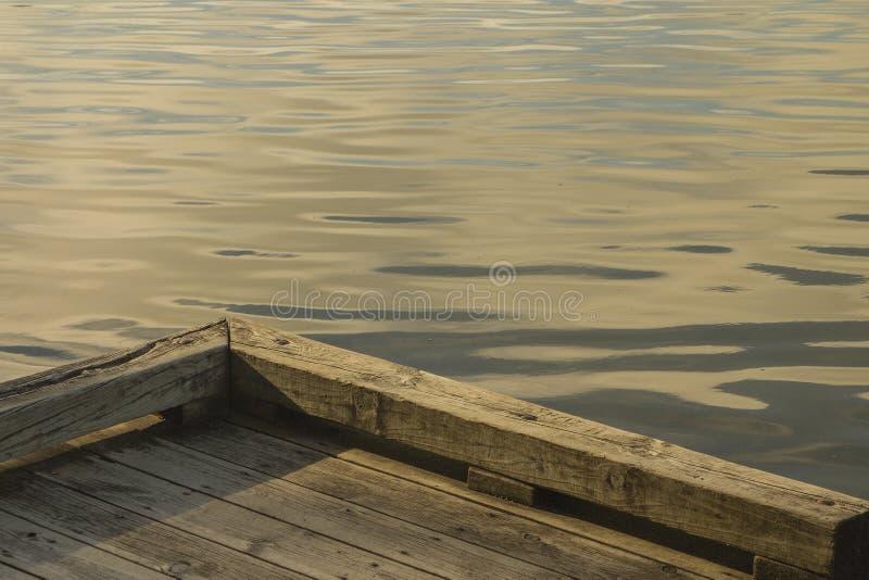 Κυματισμοί και αντανακλάσεις νερού πρωινού κοντά στην ξύλινη αποβάθρα σε μικρό στοκ εικόνες με δικαίωμα ελεύθερης χρήσης