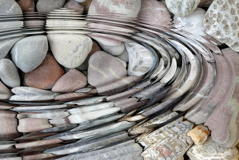Κυματισμοί νερού επάνω από τις πέτρες χαλικιών στοκ φωτογραφία με δικαίωμα ελεύθερης χρήσης