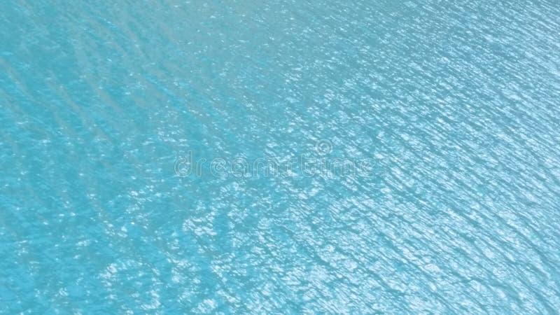 Κυματισμοί νερού μια ηλιόλουστη ημέρα στοκ εικόνες