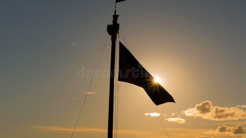 Κυματισμοί σκιαγραφιών σημαιών στοκ φωτογραφία