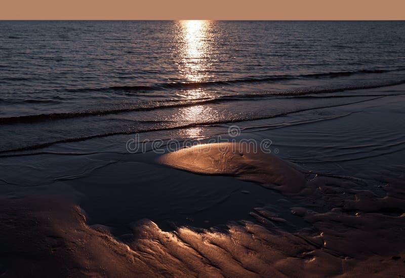 Κυματισμοί στην υγρή σύσταση υποβάθρου άμμου στοκ φωτογραφία με δικαίωμα ελεύθερης χρήσης
