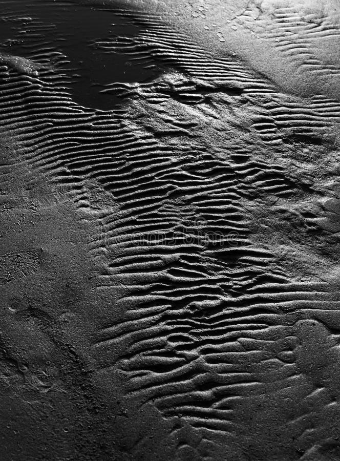 Κυματισμοί στην υγρή σύσταση υποβάθρου άμμου στοκ εικόνες