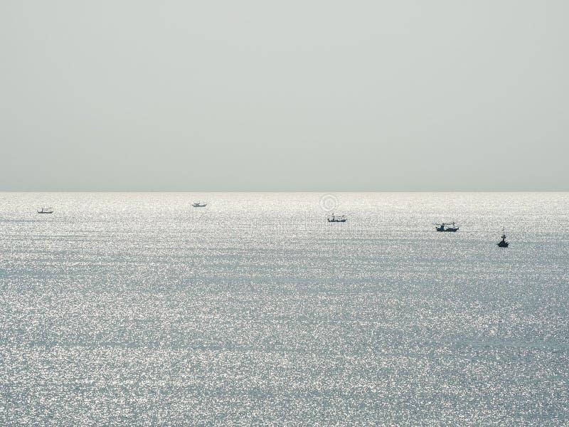 Κυματισμοί στη θάλασσα μακριά από το έδαφος στοκ φωτογραφία με δικαίωμα ελεύθερης χρήσης