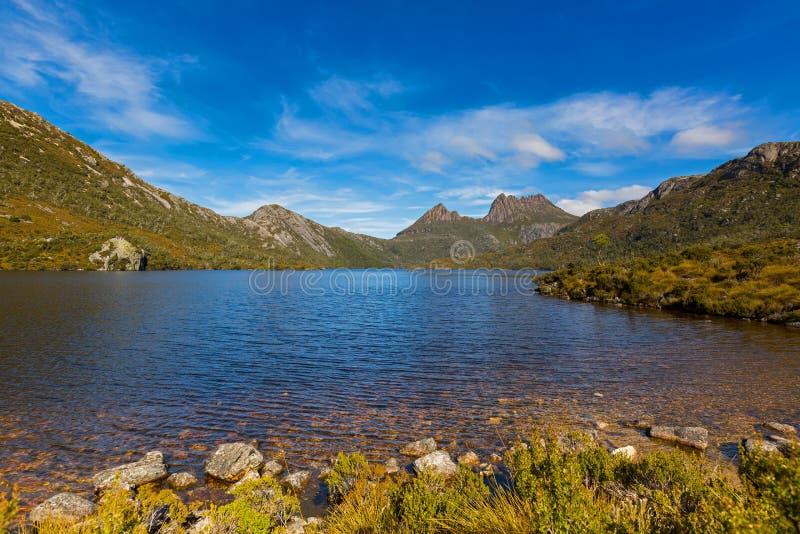 Κυματισμοί στη σαφή επιφάνεια νερού στη λίμνη περιστεριών με το βουνό λίκνων στοκ φωτογραφία με δικαίωμα ελεύθερης χρήσης