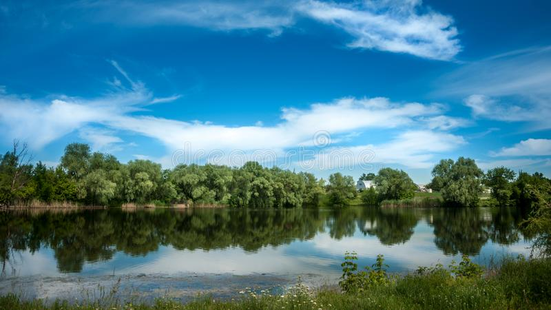Κυματισμοί στον ποταμό στην ηλιόλουστη θερινή ημέρα στοκ φωτογραφίες
