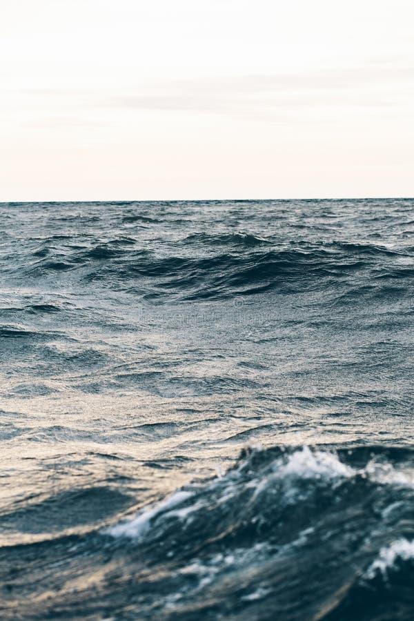 Κυματισμοί στο μπλε θαλάσσιο νερό με τον άσπρο αφρό, φυσικό υπόβαθρο θάλασσας στοκ φωτογραφίες με δικαίωμα ελεύθερης χρήσης