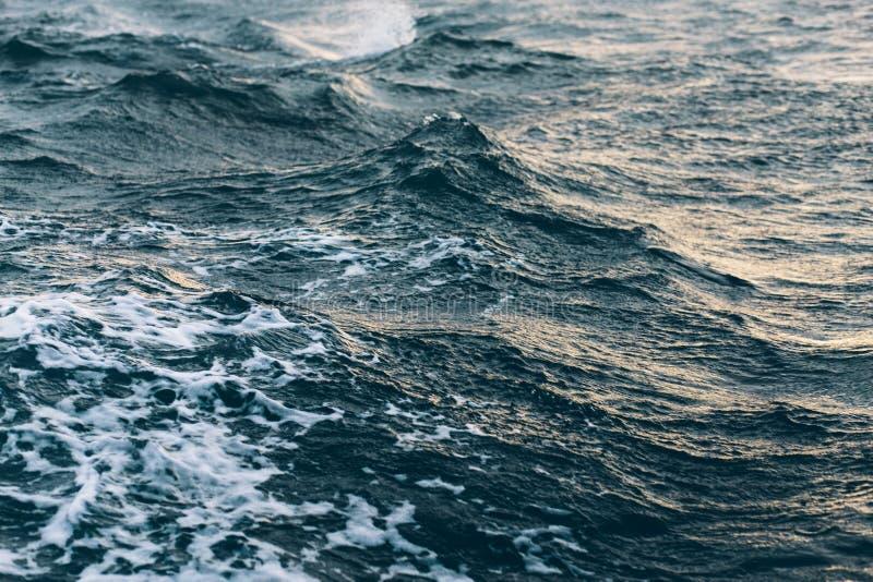 Κυματισμοί στο μπλε θαλάσσιο νερό με τον άσπρο αφρό, φυσικό υπόβαθρο θάλασσας στοκ φωτογραφία με δικαίωμα ελεύθερης χρήσης
