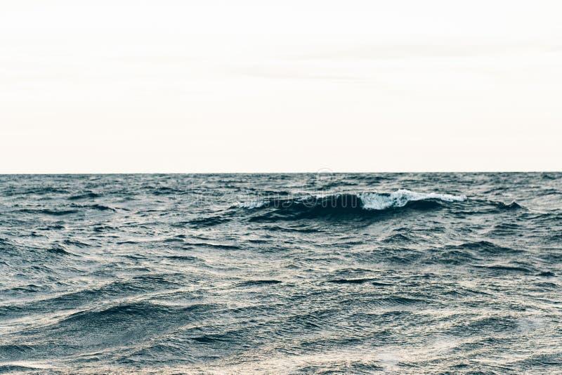 Κυματισμοί στο μπλε θαλάσσιο νερό, φυσικό υπόβαθρο θάλασσας στοκ φωτογραφίες