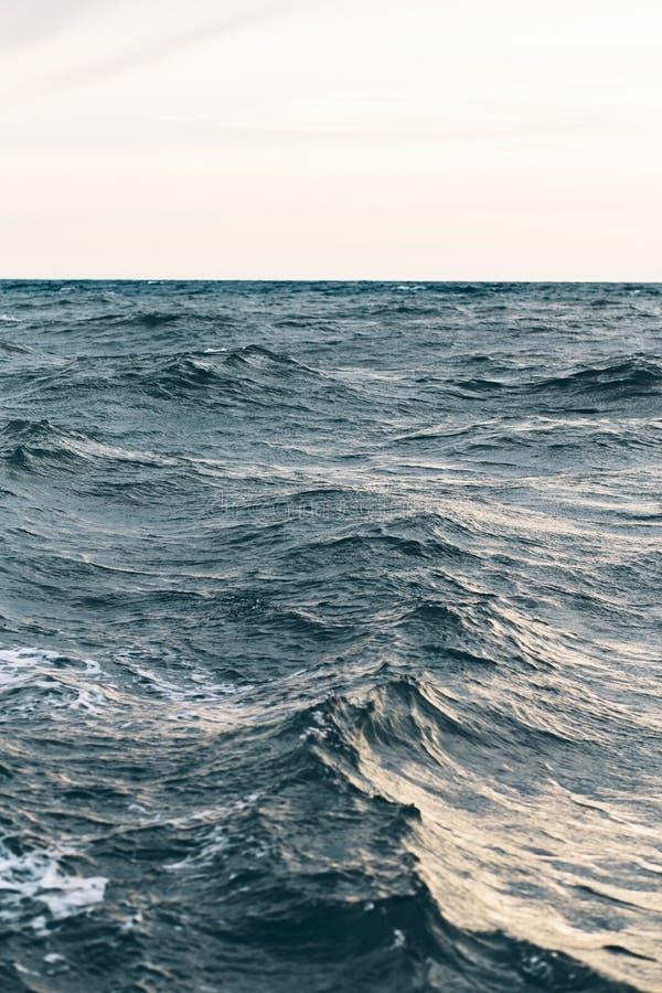 Κυματισμοί στο μπλε θαλάσσιο νερό, φυσικό υπόβαθρο θάλασσας στοκ εικόνες με δικαίωμα ελεύθερης χρήσης