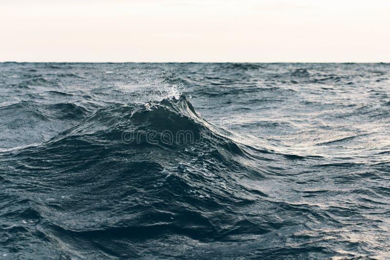 Κυματισμοί στο μπλε θαλάσσιο νερό, φυσικό υπόβαθρο θάλασσας στοκ εικόνα