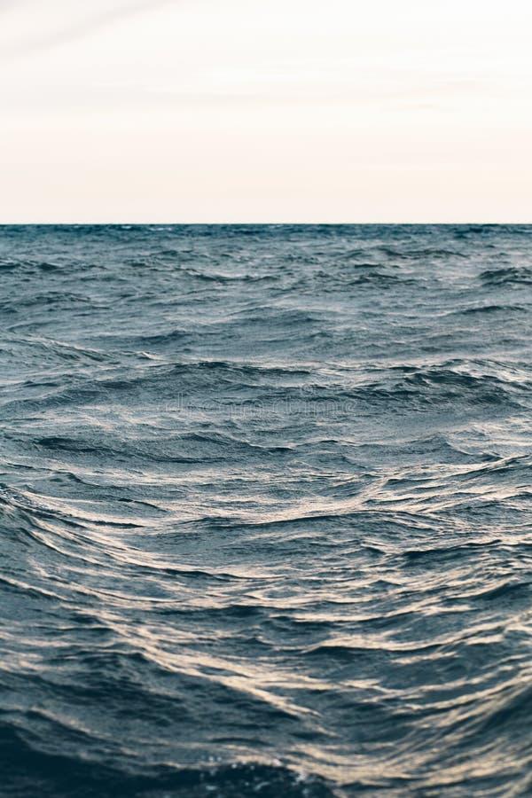 Κυματισμοί στο μπλε θαλάσσιο νερό, φυσικό υπόβαθρο θάλασσας στοκ εικόνες