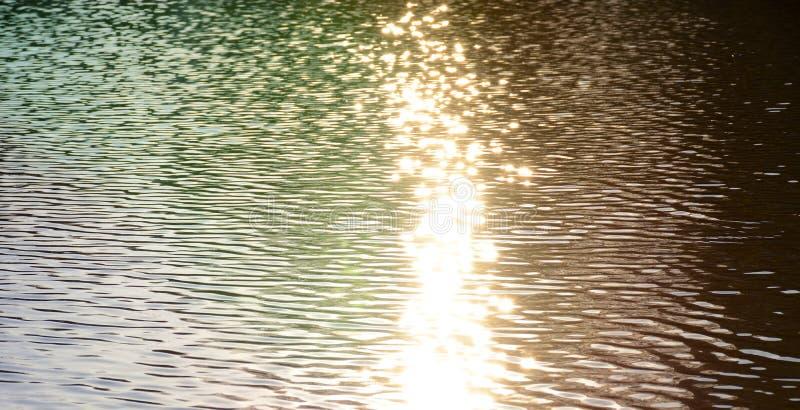 Κυματισμοί στο νερό και την αντανάκλαση των ακτίνων του ήλιου ρύθμισης στοκ φωτογραφία με δικαίωμα ελεύθερης χρήσης