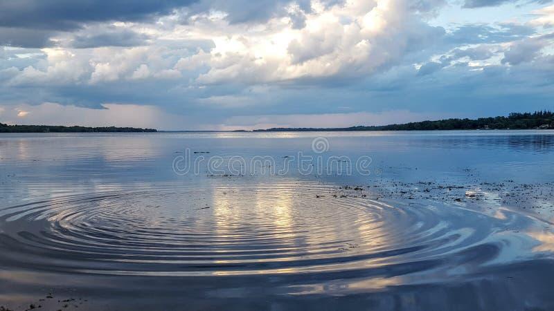κυματισμοί στο νερό σε μια λίμνη στοκ εικόνες