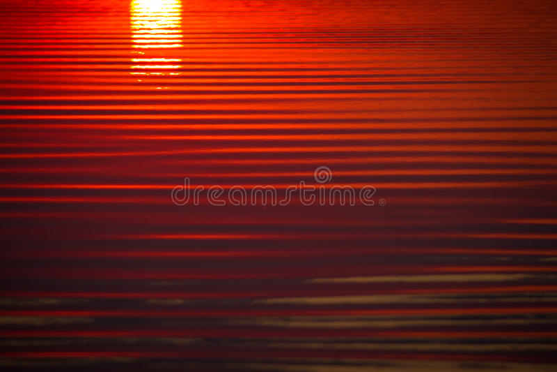 Κυματισμοί στο νερό στο ηλιοβασίλεμα στοκ εικόνες