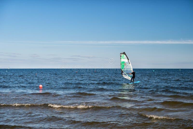 Κυματωγές και πανιά αθλητικών τύπων Windsurfer ή ατόμων εν πλω στοκ φωτογραφίες