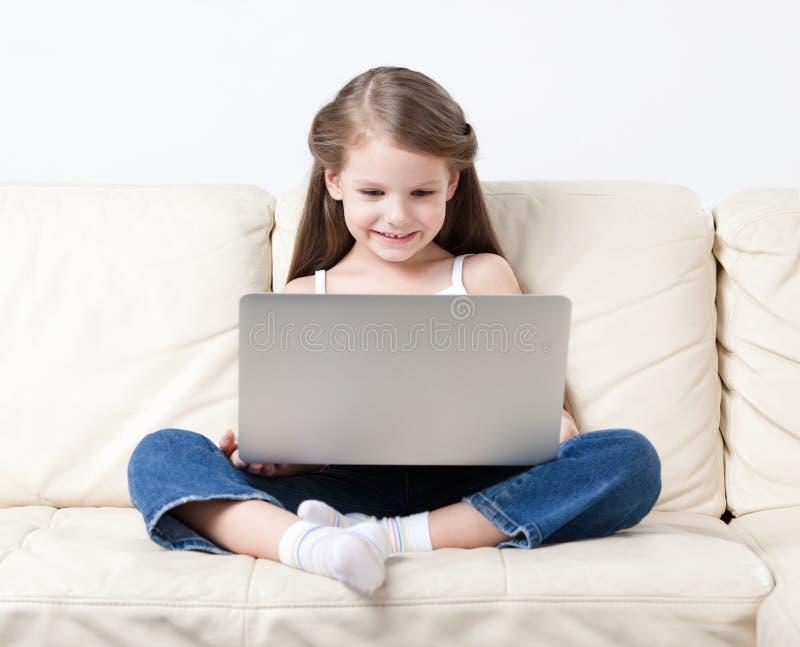 Κυματωγές μικρών κοριτσιών στο διαδίκτυο στοκ εικόνες με δικαίωμα ελεύθερης χρήσης