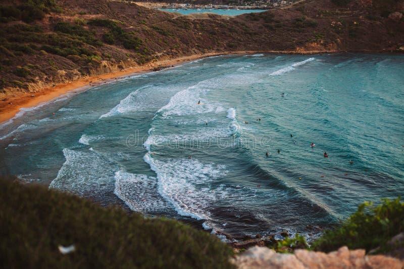 Κυματωγή βραδιού μπροστά από την κόκκινη παραλία στοκ εικόνες με δικαίωμα ελεύθερης χρήσης