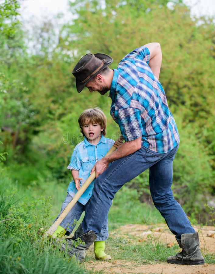 Κυνήγι περιπέτειας για τους θησαυρούς Λίγος αρωγός που εργάζεται στον κήπο Χαριτωμένο παιδί στη φύση που έχει τη διασκέδαση με το στοκ εικόνα