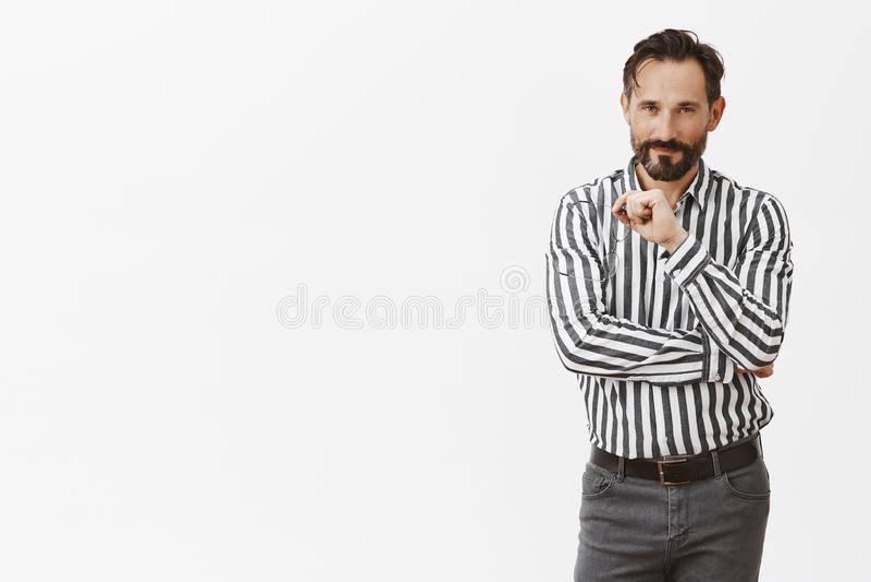 Κυνήγι στην ομορφιά Πορτρέτο της γοητείας του flirty και αισθησιακού μέσης ηλικίας ατόμου με τη γενειάδα και moustache, που βγάζε στοκ εικόνες