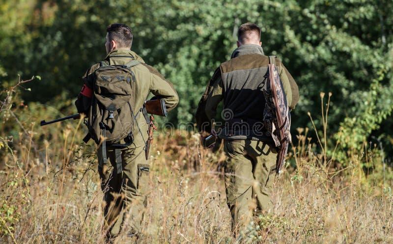 Κυνηγοί ατόμων με το πυροβόλο όπλο τουφεκιών Στρατόπεδο μποτών Στρατιωτική στολή Φιλία των κυνηγών ατόμων Δυνάμεις στρατού κάλυψη στοκ εικόνες
