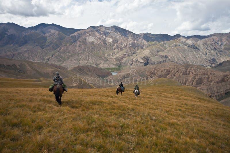 Κυνηγοί τρία άλογα που επιστρέφονται με ένα τρόπαιο μετά από ένα κυνήγι στοκ εικόνα με δικαίωμα ελεύθερης χρήσης