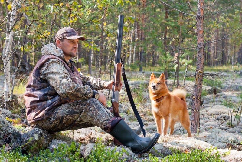 Κυνηγός κατά τη διάρκεια του υπολοίπου στοκ φωτογραφίες