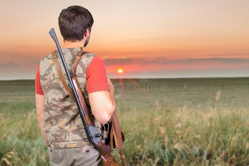 Κυνηγός με το τουφέκι του στοκ εικόνες με δικαίωμα ελεύθερης χρήσης