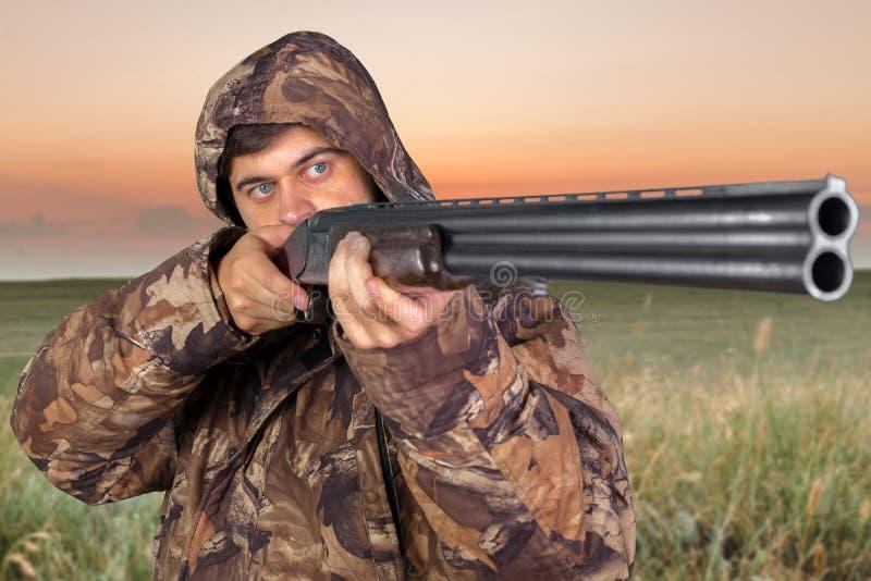 Κυνηγός με το τουφέκι του στοκ φωτογραφία με δικαίωμα ελεύθερης χρήσης
