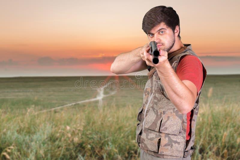 Κυνηγός με το τουφέκι του στοκ εικόνες