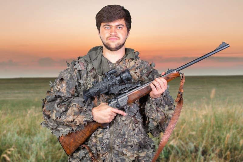 Κυνηγός με το τουφέκι του στοκ φωτογραφίες με δικαίωμα ελεύθερης χρήσης