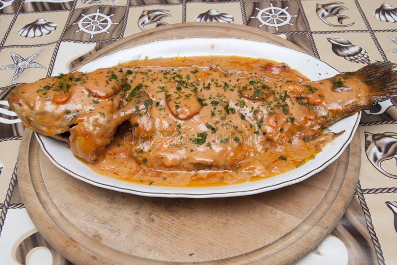 Κυπρίνος με τη σάλτσα σκόρδου στοκ εικόνα