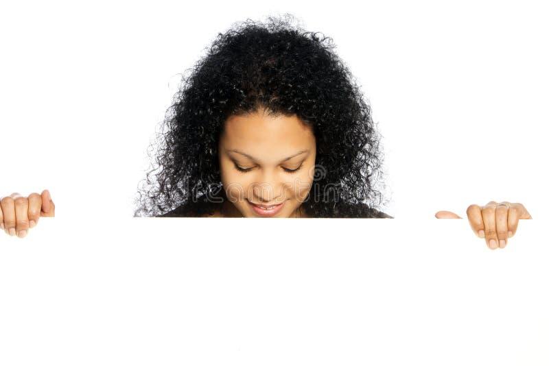 Κυρία αφροαμερικάνων με ένα κενό σημάδι στοκ εικόνα με δικαίωμα ελεύθερης χρήσης