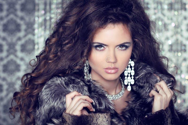 Κυρία κοσμήματος και μόδας. Όμορφη γυναίκα που φορά στη γούνα πολυτέλειας στοκ εικόνες