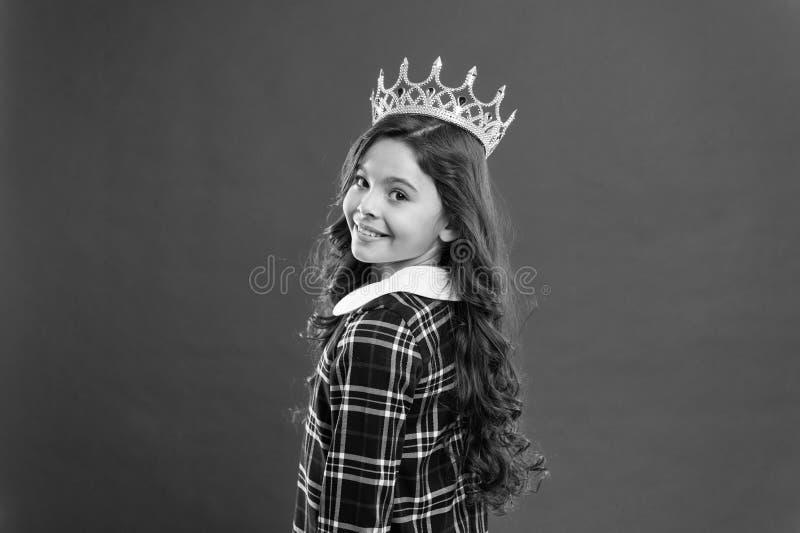 Κυρία λίγη πριγκήπισσα Κόκκινο υπόβαθρο κορωνών ένδυσης κοριτσιών Χαλασμένη έννοια παιδιών Εγωκεντρική πριγκήπισσα Κόσμος που περ στοκ φωτογραφία με δικαίωμα ελεύθερης χρήσης