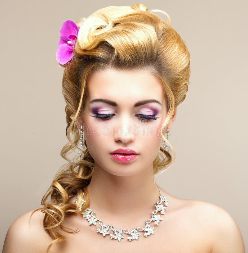 Κυρία ομορφιάς. Ονειρεμένος γυναίκα με το κόσμημα - περιδέραιο και σκουλαρίκια λευκόχρυσου. Τρυφερότητα στοκ εικόνα