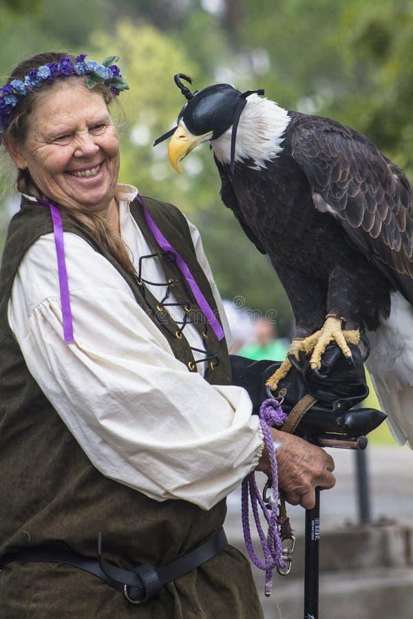 Κυρία που κρατά τον αμερικανικό φαλακρό αετό στοκ φωτογραφία με δικαίωμα ελεύθερης χρήσης
