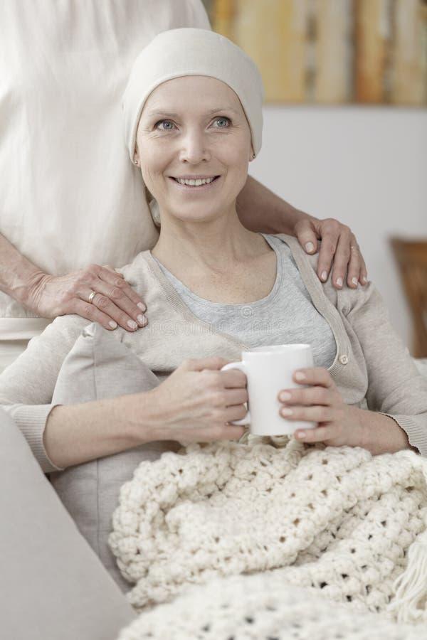Κυρία που στηρίζεται στον καναπέ στοκ εικόνα με δικαίωμα ελεύθερης χρήσης