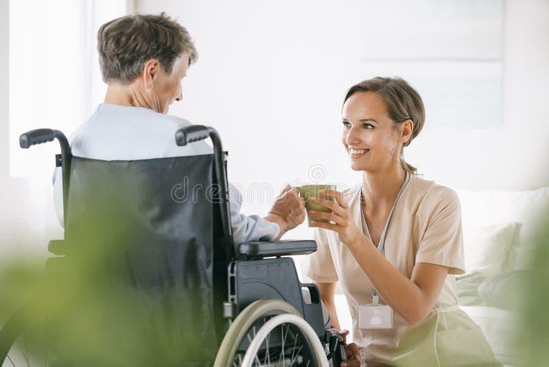 Κυρία σε αναπηρικό καροτσάκι στοκ φωτογραφία με δικαίωμα ελεύθερης χρήσης
