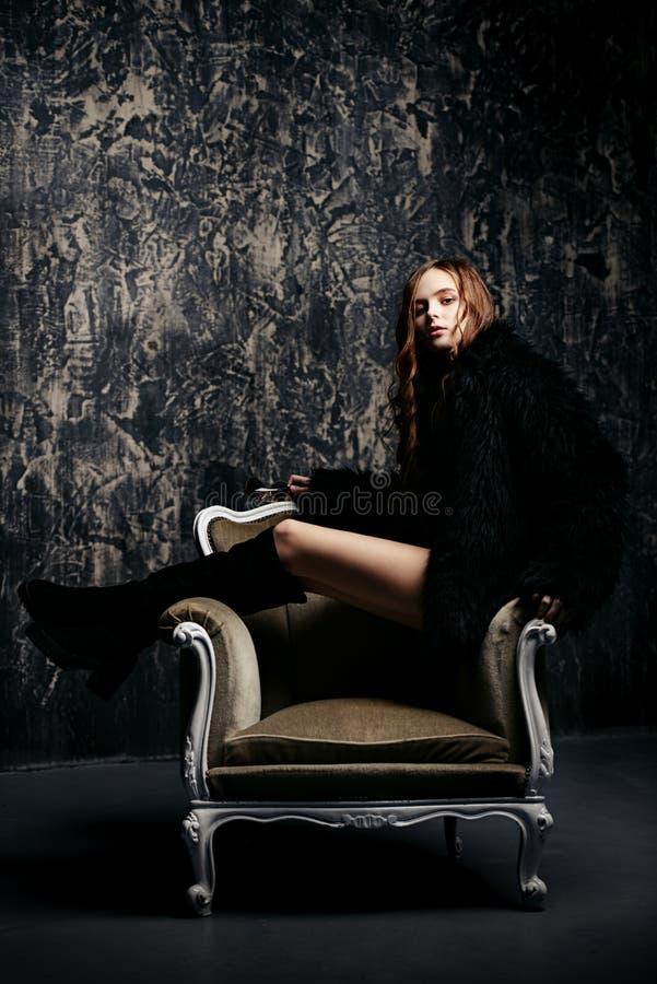 Κυρία στην πολυθρόνα στοκ φωτογραφία με δικαίωμα ελεύθερης χρήσης