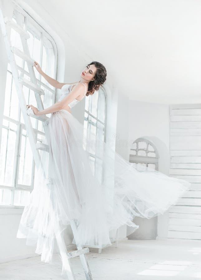 Κυρία στο άσπρο εκλεκτής ποιότητας φόρεμα στοκ εικόνα