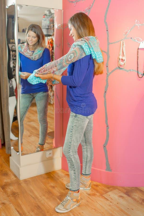 Κυρία στο δωμάτιο συναρμολογήσεων που στέκεται στον μπροστινό καθρέφτη στοκ εικόνα