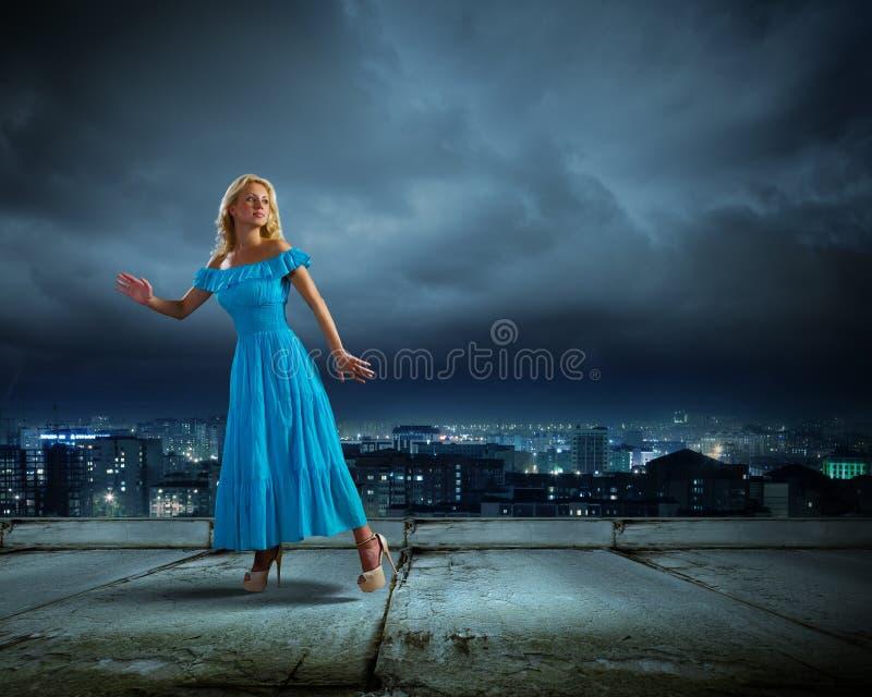 Κυρία στο μπλε στοκ φωτογραφία με δικαίωμα ελεύθερης χρήσης
