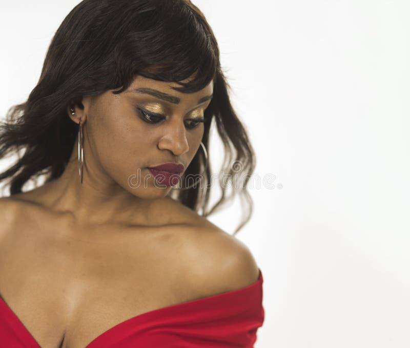 Κυρία στο ονειροπόλο χαλαρωμένο πρόσωπο με το makeup Κυρία στο φόρεμα με το μεγάλο σαγηνευτικό decollete Αφρικανική έννοια ομορφι στοκ εικόνες