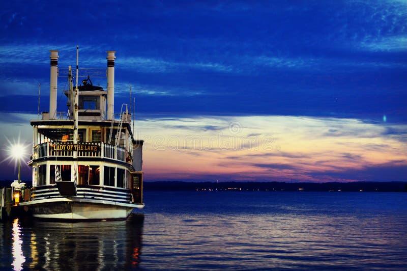 Κυρία της βάρκας γύρου λιμνών στοκ φωτογραφία