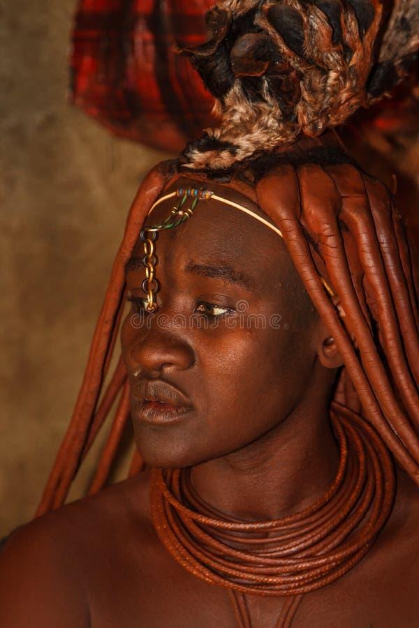 Κυρία Himba που κάνει μια τελετή στοκ φωτογραφία