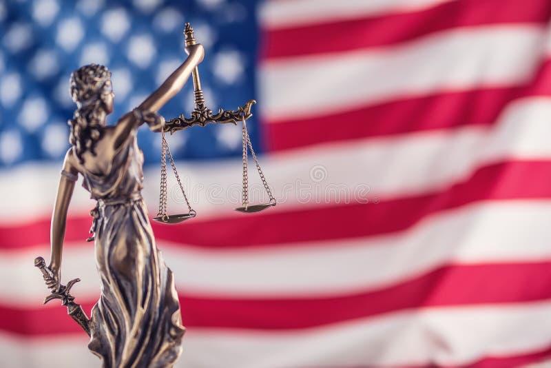 Κυρία Justice και αμερικανική σημαία Σύμβολο του νόμου και της δικαιοσύνης με το U στοκ φωτογραφίες με δικαίωμα ελεύθερης χρήσης