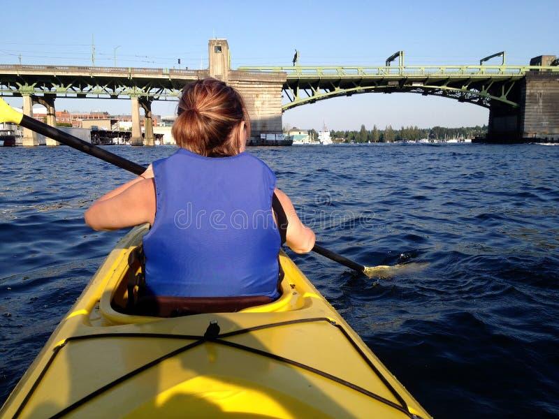 Κυρία Kayaking στο πολιτεία της Washington στοκ εικόνες με δικαίωμα ελεύθερης χρήσης
